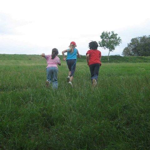 bambini che corrono